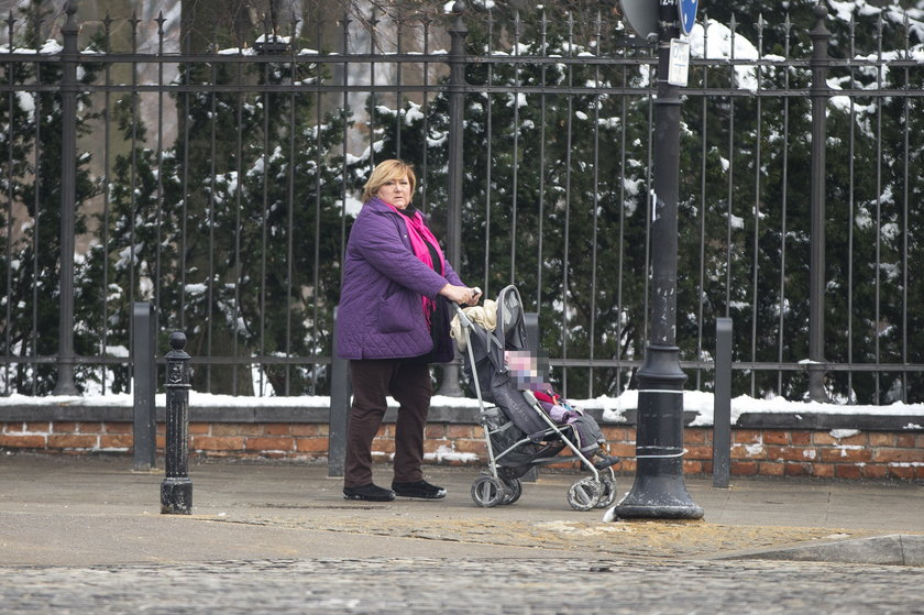 Anna Komorowska z wnuczką na spacerze