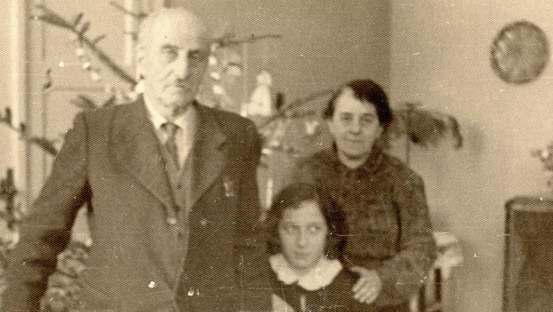 <strong>Bolesław Leśmian był nałogowym palaczem (wypalał 75 papierosów dziennie!), kochał mocną kawę i lubił dobrze pojeść. Miał 155 cm wzrostu, burzę rudych włosów i orli nos. I choć dzisiaj zapewne nie cieszyłby się wielkim powodzeniem u kobiet, w swoim czasie niejedna z ówczesnych zagięła nań parol. W pewnym momencie był nawet w relacji z trzema kobietami: żoną Zofią, kochanką Dorą i dawną miłością - oraz kuzynką - Celiną. Z okazji 144. rocznicy urodzin Leśmiana, przypomnijmy sobie ten ostatni wielki romans polskiego mistrza poezji. </strong>