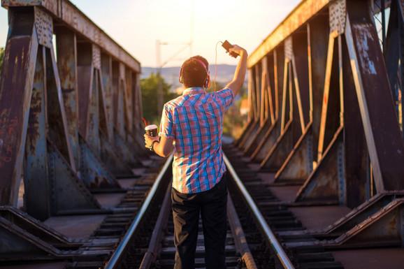 OPASNA ZANIMACIJA ŠKOLARACA Tinejdžerke pravile selfi na vrhu zgrade, sada dečaci HODAJU STRMIM KROVOVIMA (FOTO)