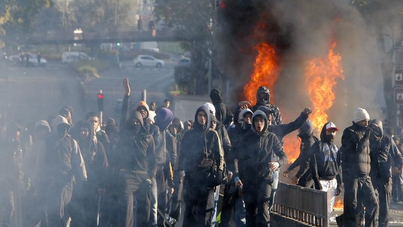 Starcia między młodzieżą a policją na przedmieściach Paryża.