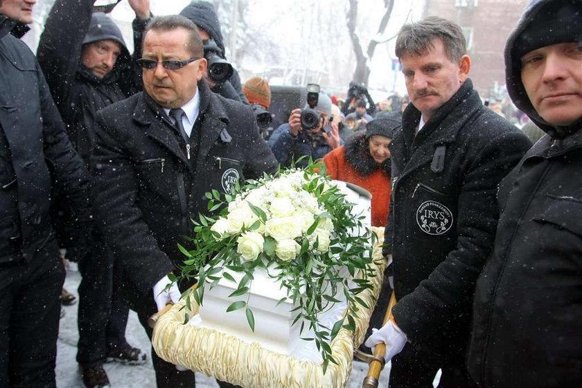 ojciec madzi na pogrzebie córki