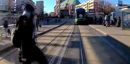 Bezmyślność nie ma granic. Kobieta wbiega prosto pod autobus. Nagranie przeraża