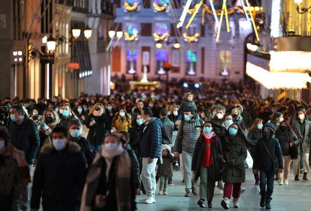 Pomimo wcześniejszych deklaracji o luzowaniu w okresie świątecznym obostrzeń epidemicznych już jedenaście z siedemnastu wspólnot autonomicznych Hiszpanii zdecydowało się na zaostrzenie przepisów.