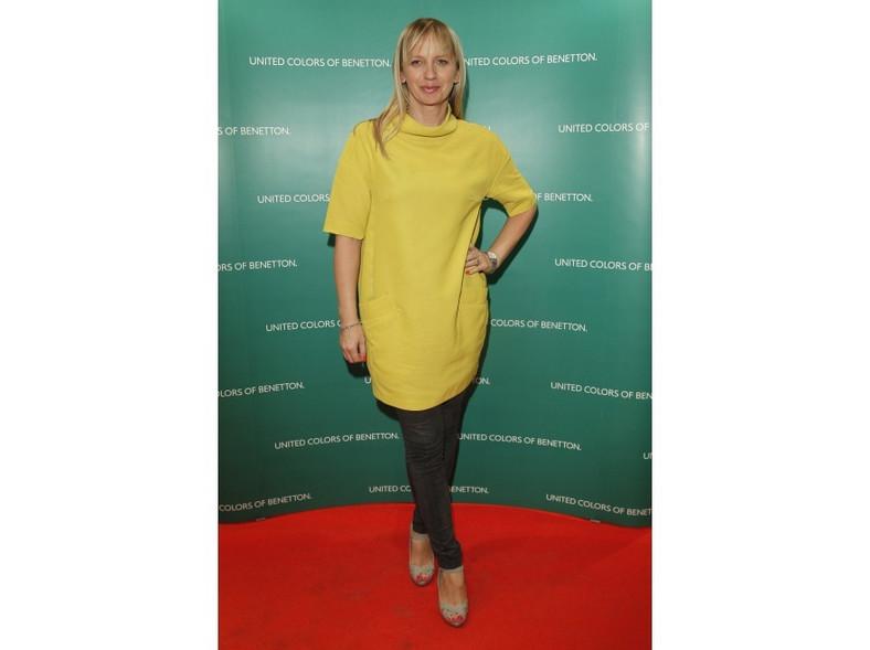 Marzena Rogalska założyła do żółtej tuniki spodnie.