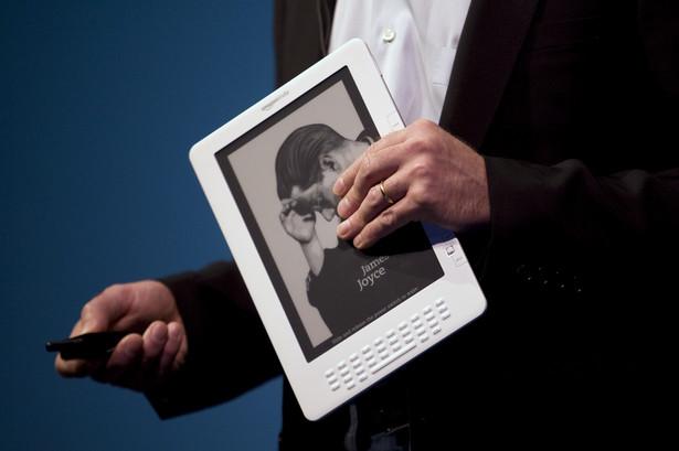 """""""Tablety wyprą z rynku e-czytniki w taki sam sposób, w jaki iPod został wyparty przez smartfony"""" – sugeruje Charles S. Golvin. Tablety oferują niemal wszystkie funkcje czytników e-booków. Na takich urządzeniach jak iPad, możemy dziś przeczytać książkę, przeglądać magazyny i prasę codzienną. Oprócz tego, tablety mają mnóstwo innych multimedialnych funkcji, których e-czytniki nie posiadają. Dlaczego więc kupno dodatkowego urządzenia miałoby nam przynieść jakąkolwiek korzyść? Zwolennicy e-czytników mają na to pytanie gotową odpowiedź: """"E-papier"""". Chodzi o specjalny rodzaj wyświetlacza, w który wyposażona jest większość tych urządzeń. Wyświetlacz e-ink jest zdecydowanie bardziej przyjazny dla naszych oczu (w przeciwieństwie do technologii TFT LCD), jak również bardziej energooszczędny. Konkurencja jednak nie śpi. Najwięksi producenci tabletów i smartfonów już teraz pracują nad urządzeniami, których ekrany będą łączyć w sobie największe zalety wyświetlaczy TFT i e-ink. Powstanie tabletu, który dostarczy nam taką samą przyjemność z lektury ulubionej książki, jak dedykowane czytniki e-booków jest więc kwestią czasu."""