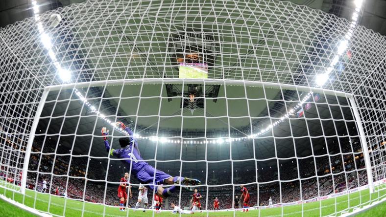Piłka wpada do czeskiej bramki po strzale Cristiano Ronaldo