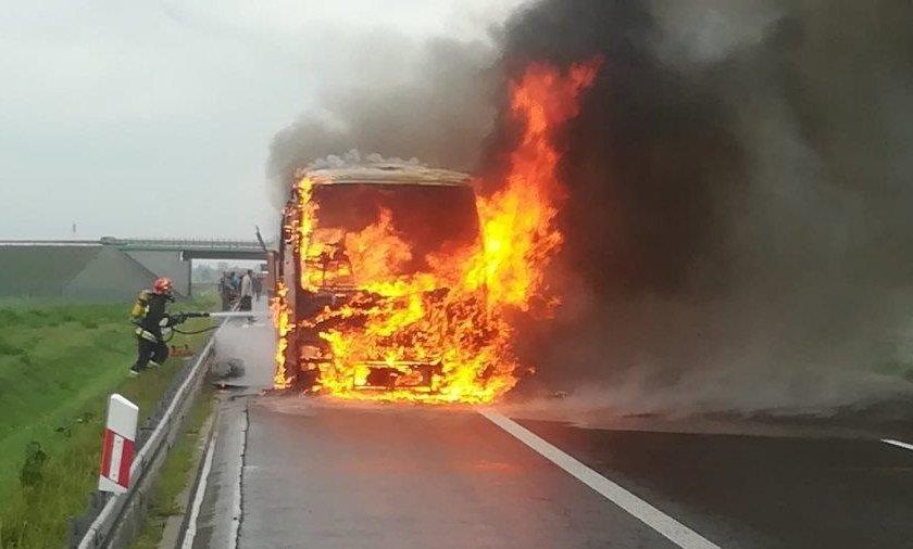 Makabra na A2. Samochód stanął w płomieniach
