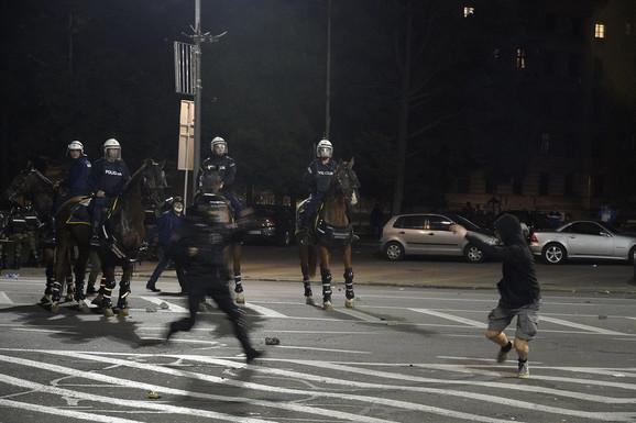 Mladić pokušava da pobegne od policije, ali se sapliće i pada