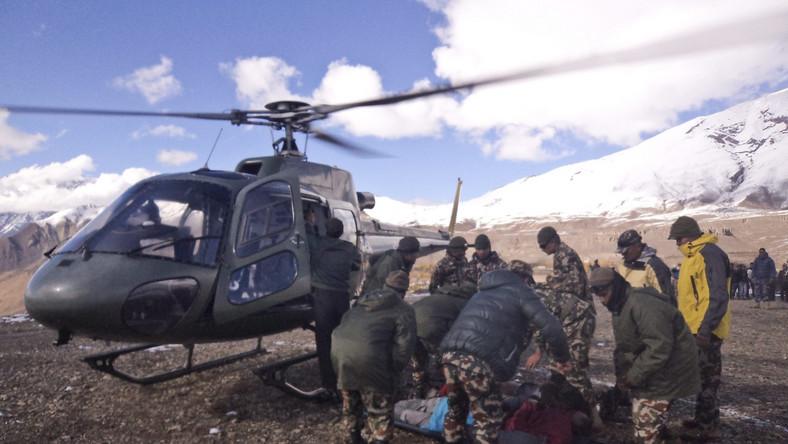 Akcja ratunkowa po wznowieniu będzie bardzo trudna - uważa himalaista Leszek Cichy. Może potrwać kilka dni. Uratowanie osób, które porwała lawina, po tak długim czasie jest prawie niemożliwe. Zdaniem himalaisty, prowadząca akcję ratunkową nepalska armia może mieć problem z dotarciem do miejsca tragedii, dlatego w pierwszej kolejności poszkodowanym powinni pomagać ci, którzy ocaleli...