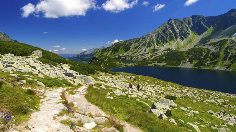 Tłumy na tatrzańskich szlakach, kolejki na szczyty