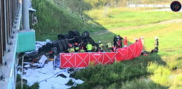 Tragedia na trasie S8. Po wypadku ciężarówka spadła z wiaduktu. Zginął jej kierowca