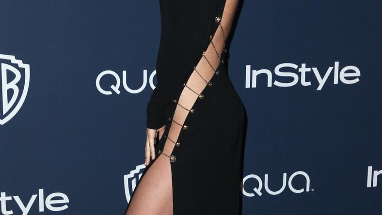 Suknia, która więcej zakrywa, czy odkrywa?
