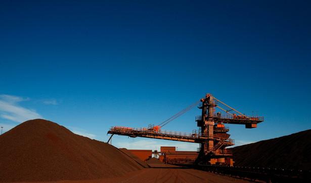 Tak wydobywa się rudę żelaza w Afryce.