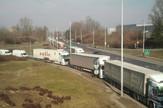 Sa svih strana prilaz je blokiran, a kamioni i šleperi nemaju gde