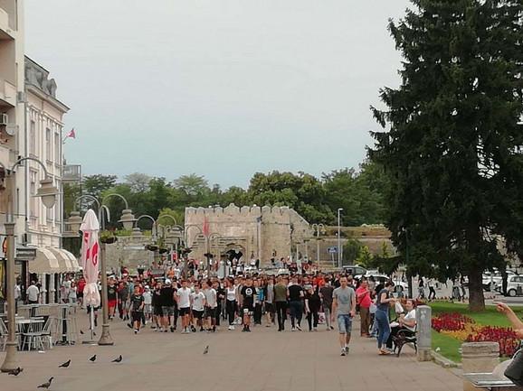 Niški maturanti u protestnoj šetnji