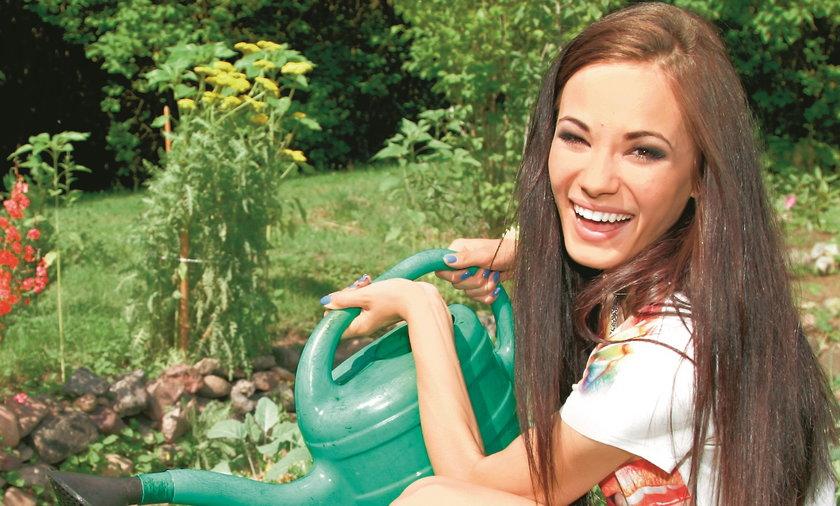 Natalia Szroeder w rodzinnym ogrodzie.