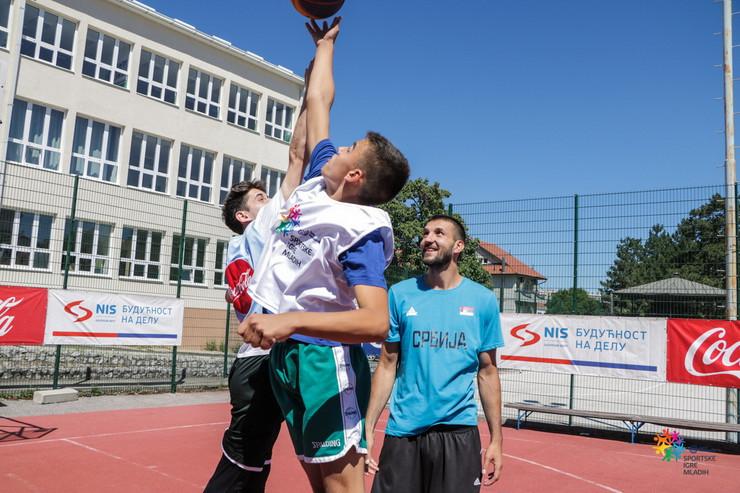 Stefan Birčevic sa akterima basket turnira u Sokobanji