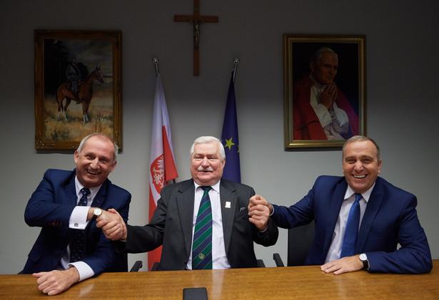 Były prezydent RP Lech Wałęsa, przewodniczący PO Grzegorz Schetyna i przewodniczący klubu parlamentarnego PO Sławomir Neumann