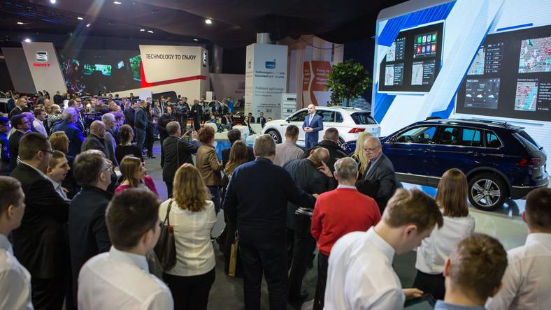 W Poznaniu Volkswagen na powierzchni ponad 1200 m kw. prezentuje 20 samochodów. Można obejrzeć cały przekrój oferty niemieckiego producenta - od małych aut miejskich poprzez sedany, kombi, małe i duże SUV-y aż po vany. Jednak najważniejszą premierą i autem, które ściągnęło tłumy na stoiska producenta z Wolfsburga jest nowy tiguan...