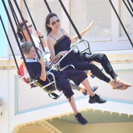 Angelina Jolie zabrała dzieci do Disneylandu. Jak się bawili?