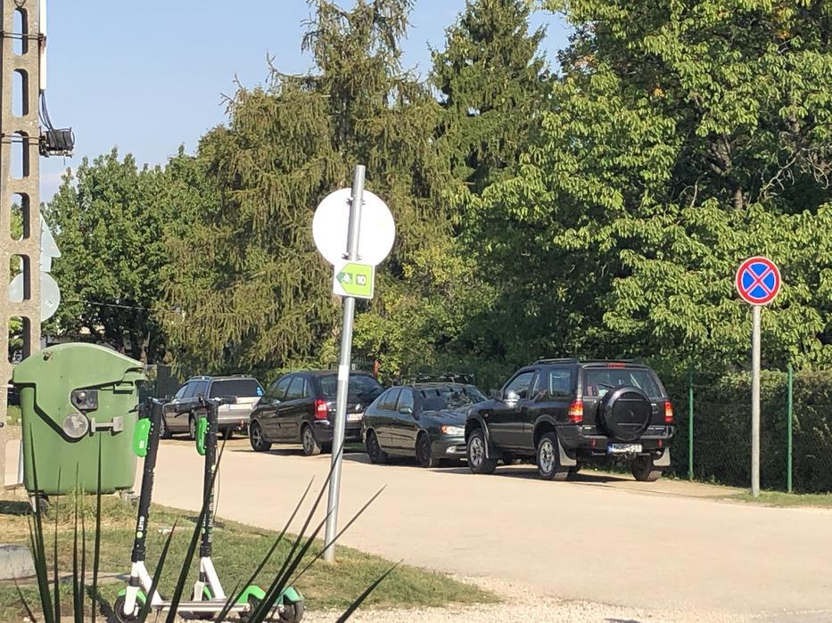 A látogatók akár a megállni tilos tábla alá is odaparkolnak.