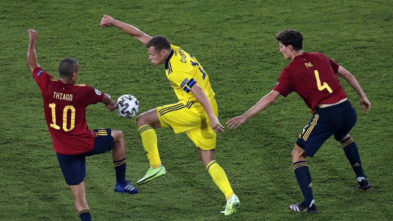Szwed Viktor Claesson (C) w starciu z Thiago Alcantarą (L) i Pau Torresem (P) w trakcie meczu Hiszpanów ze Szwedami w Sewilli