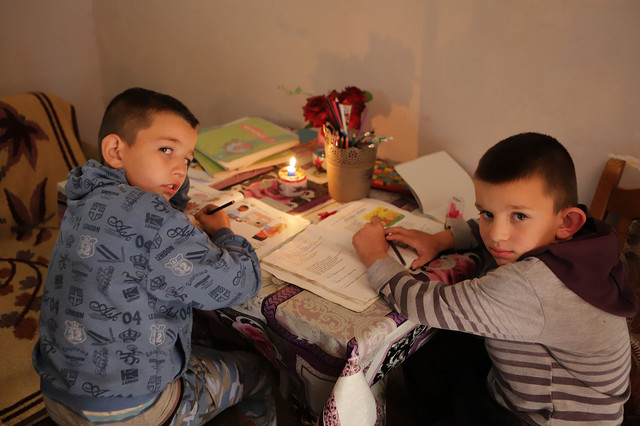 Uroš i Miloš rade domaći uz svetlost sveće