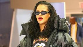 Rihanna w klapkach i wielkiej puchowej kurtce imitującej worek na śmieci