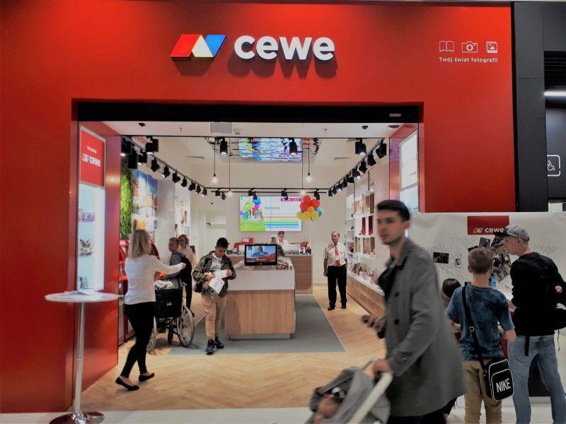 CEWE – w nowo otwartej warszawskiej Galerii Północnej działa pierwszy w Polsce i Europie salon CEWE, unikatowy showroom dostarczający wielu świeżych, niebanalnych inspiracji miłośnikom fotografii.