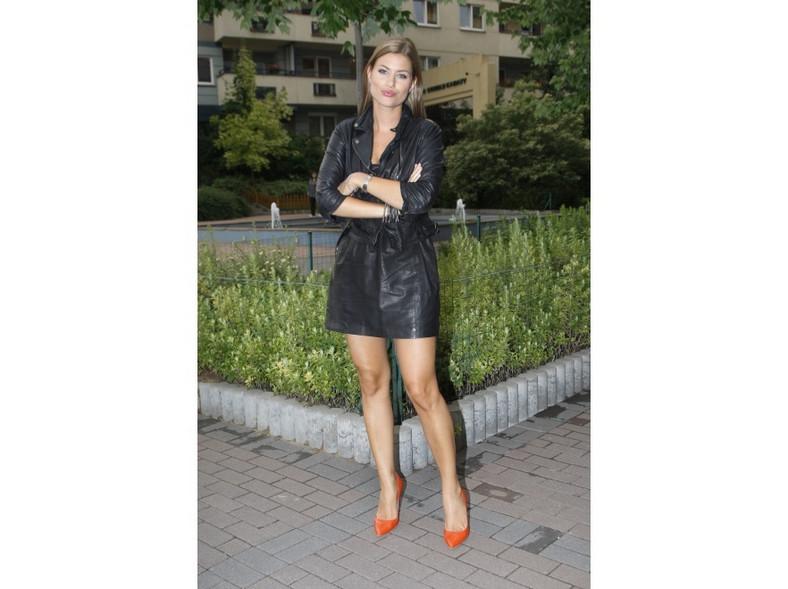 Czarna skórzana sukienka i kurtka również świetnie leżą na Aleksandrze Kisio.