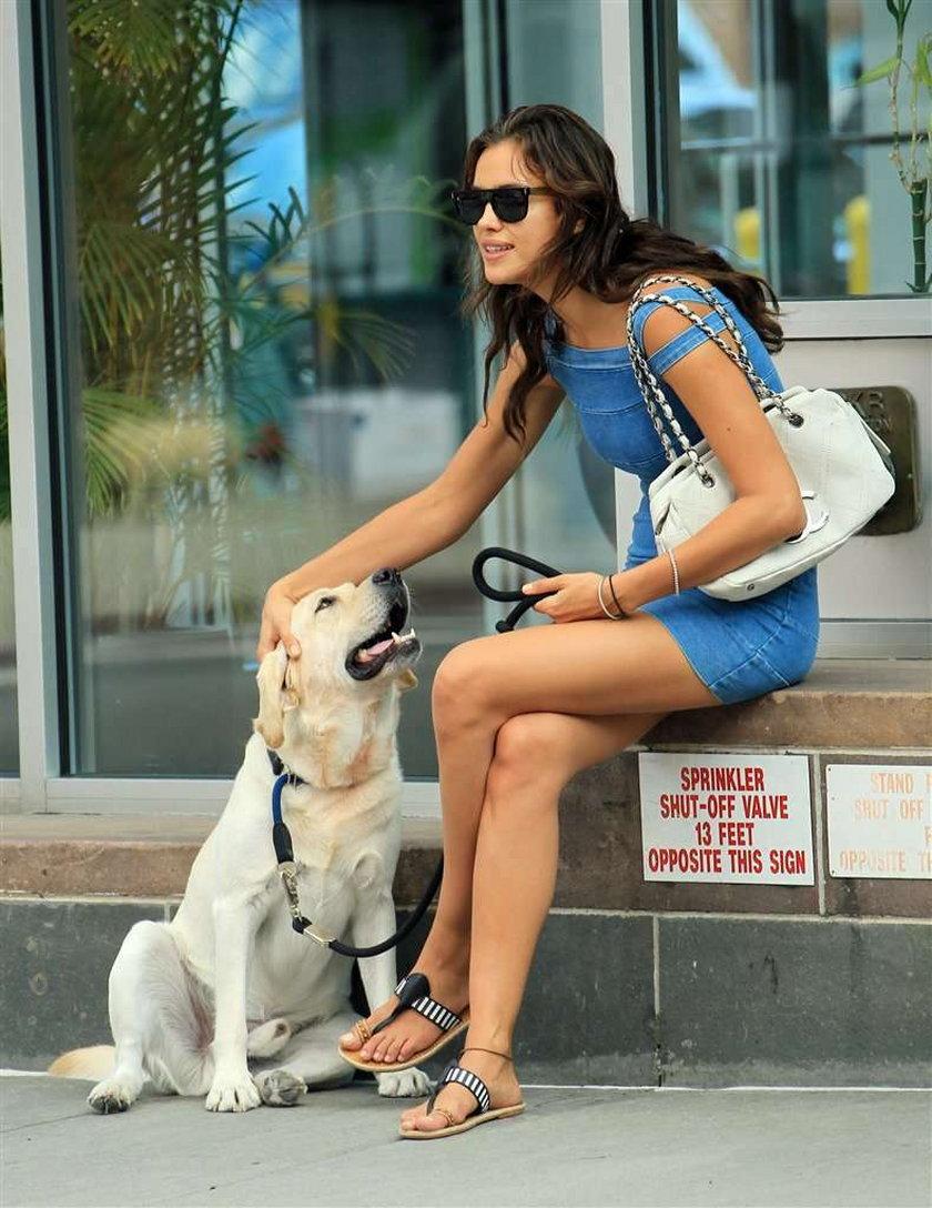 Sexy modelka znalazła wspólny język z psem