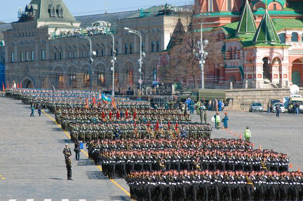 W 2013 roku w służbie czynnej znajdowało się ponad 3 mln żołnierzy, co daje rosyjskiej armii 2. miejsce na świecie. Liczba poborowych w 2012 roku wyniosła ponad 2,2 mln osób. Mężczyzn, którzy podlegają obowiązkowi służby wojskowej, w tym samym roku było 24 mln osób. Zobacz, które państwa posiadają najwięcej żołnierzy . Na zdj. Rosyjscy żołnierze podczas 68. rocznicy Dnia Zwycięstwa w maju 2013 w Moskwie. Fot. Pukhov Konstantin / Shutterstock.com
