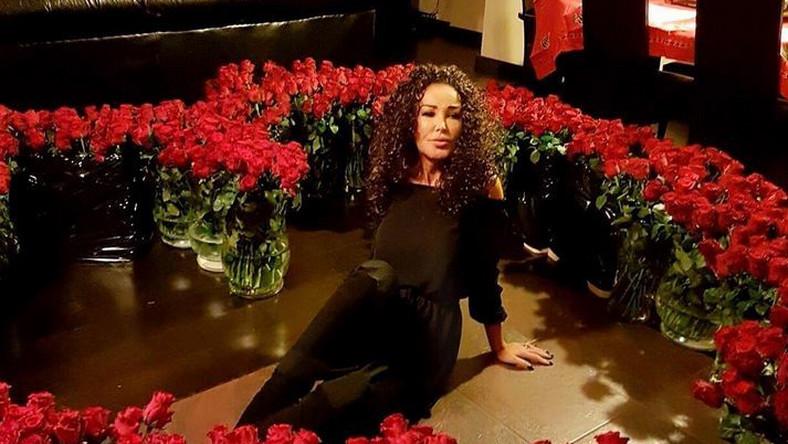 """""""Na liczne pytania o co chodzi z tym morzem kwiatów .....święta 😍 czas miłości i zawiązywania magicznych emocji ...dobry czas na zaręczyny . Kiedys trzeba sie wreszcie ustatkować :)"""" - napisała Ewa Minge na Instagramie"""