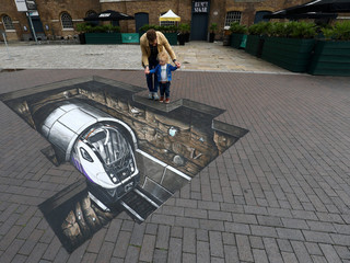 Mike Clueless z synem Elliotem przy graffiti 3D Crossrail przy Museum of London