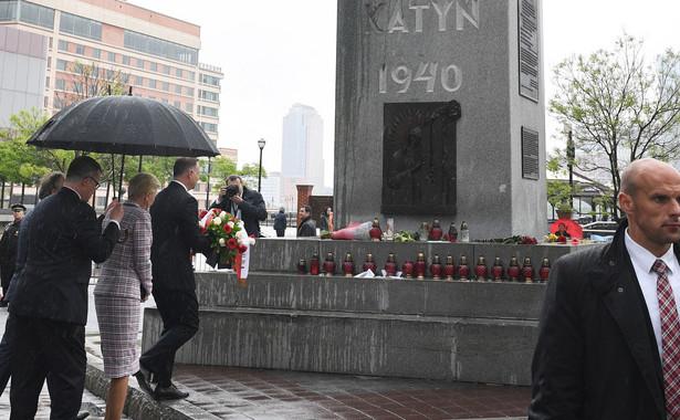 Andrzej Duda z małżonką przed Pomnikiem Katyńskim