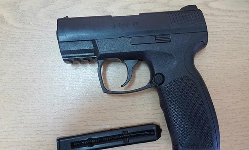 Groził przechodniom pistoletem na metalowe kulki