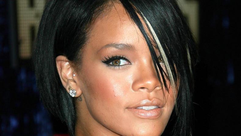Barbadoska piękność Rihanna w rzeczywistości dostała na chrzcie imię Robyn Rihanna Fenty. Wybrała sobie jedynie środkowy człon i tak zna ją cały świat