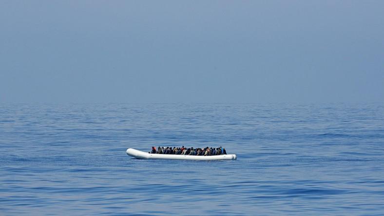 W weekend łódź z nielegalnymi emigrantami przewróciła się u wybrzeży Sycylii. Utonęło ponad 800 osób, w tym wiele kobiet i dzieci. Nie jest to jednak odosobniony przypadek. Każdego dnia do wybrzeży Włoch i Grecji przybija nawet około tysiąca nielegalnych imigrantów. Ilu z nich tonie w tej desperackiej podróży, tego nie wiadomo...
