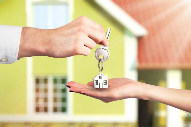 Co do zasady umowa sprzedaży, zamiany, darowizny, przekazania nieruchomości lub inna umowa zobowiązująca do przeniesienia własności rzeczy co do tożsamości oznaczonej przenosi własność na nabywcę.
