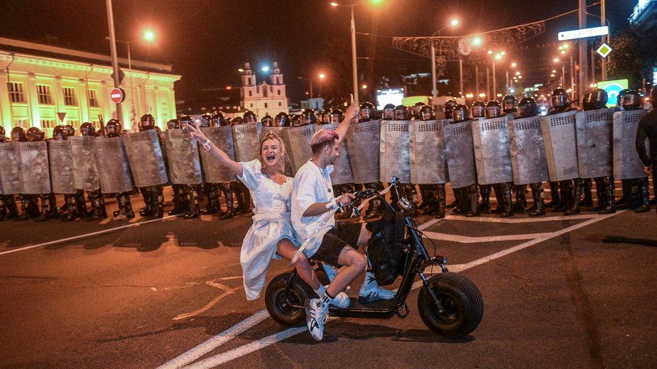 Protestujący w nocy w Mińsku