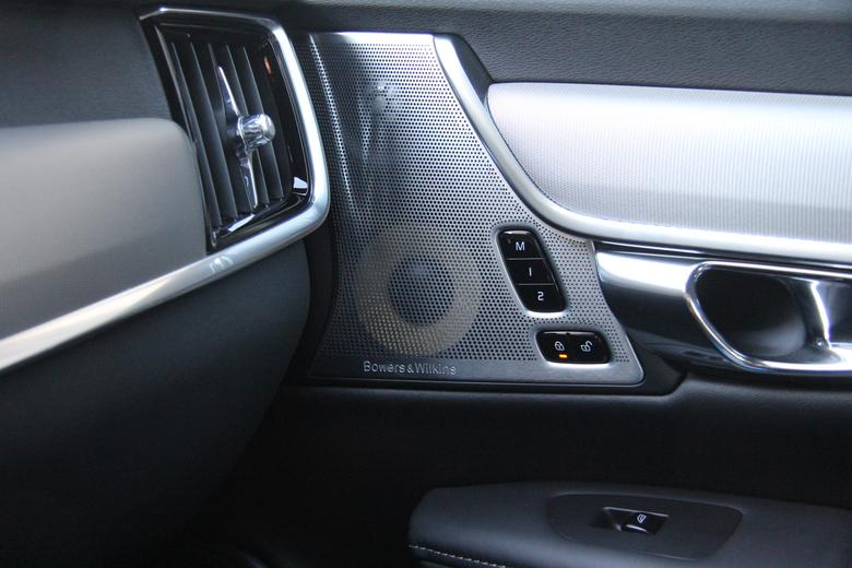 W górnej części drzwi zmieszczono średniotonowy i wysokotonowy - Bowers & Wilkins w Volvo V90