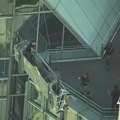 DRAMATIČNO SPASAVANJE Prali su prozore kad je korpa u kojoj su stajali počela da se LJULJA I UDARA U ZGRADU (VIDEO)