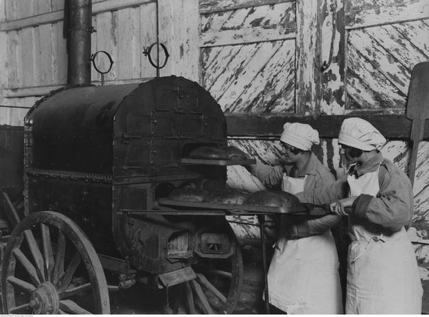 Dziewczęta ze Związku Strzeleckiego podczas pieczenia chleba