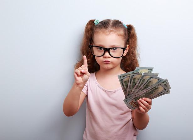 Co do zasady świadczenie wychowawcze wynosi 500 zł miesięcznie na jedno dziecko i jest wypłacane od miesiąca złożenia wniosku do końca okresu świadczeniowego