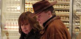 Olbrychski z żoną na zakupach. Panie Danielu, to nie Dziki Zachód! FOTO