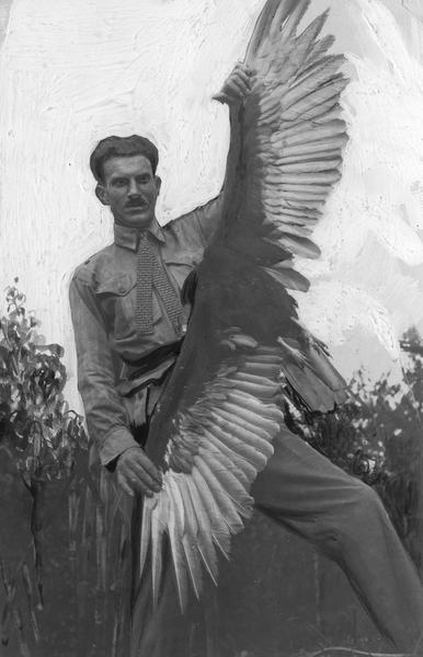 Arkady Fiedler z sępem, Brazylia, 1929 r.