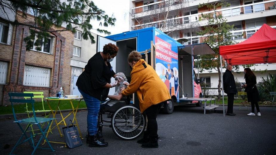 Punkt szczepień na przedmieściach Paryża