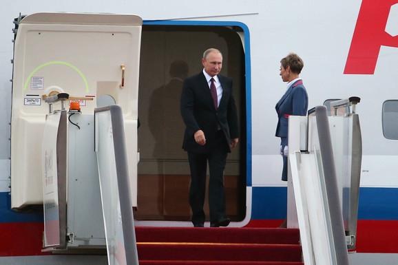 Putin i stjuardesa po sletanju u Kinu 2017. godine