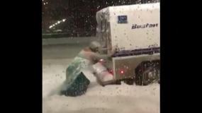 Mężczyzna przebrany za disneyowską księżniczkę wypchnął furgonetkę z zaspy