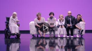 Spektakl na wieczór: 'Między nami dobrze jest' Grzegorza Jarzyny [TEATR ONLINE]
